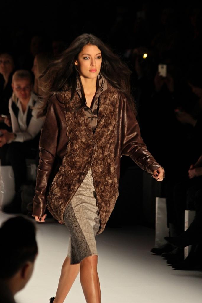 Rebecca Mir auf dem Catwalk