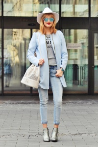 Des Belles Choses - Babyblue - weißer H&M Hut, helle Jeans, Zara Bucket Bag 1