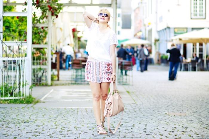 Des Belles Choses-Birkenstock Jakrta, Azteken-Shorts, weißes Spitzenshirt 10