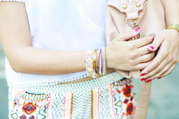 Des Belles Choses-Birkenstock Jakrta, Azteken-Shorts, weißes Spitzenshirt 11