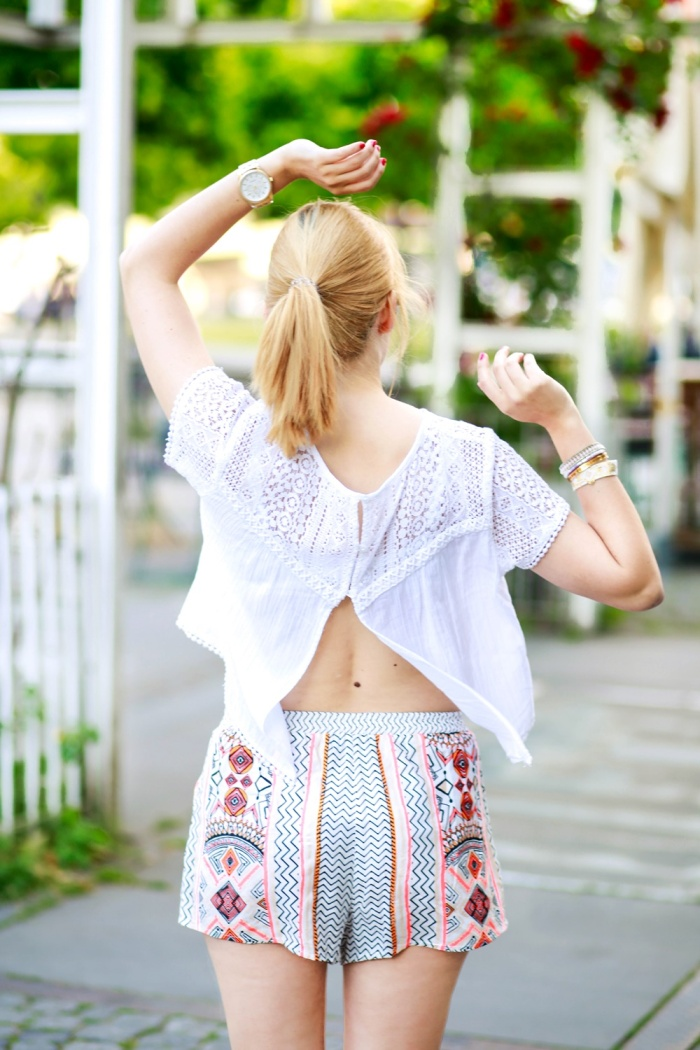 Des Belles Choses-Birkenstock Jakrta, Azteken-Shorts, weißes Spitzenshirt 2