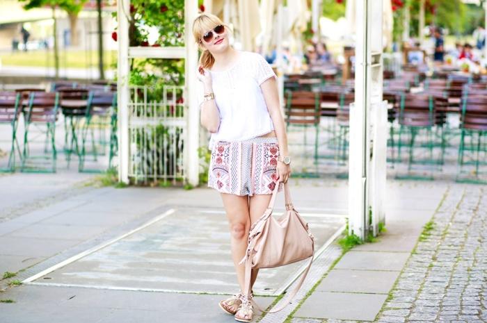 Des Belles Choses-Birkenstock Jakrta, Azteken-Shorts, weißes Spitzenshirt 3