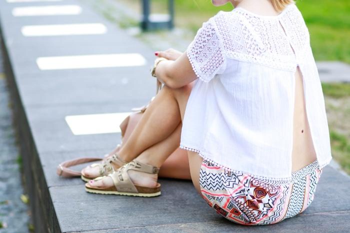 Des Belles Choses-Birkenstock Jakrta, Azteken-Shorts, weißes Spitzenshirt 4