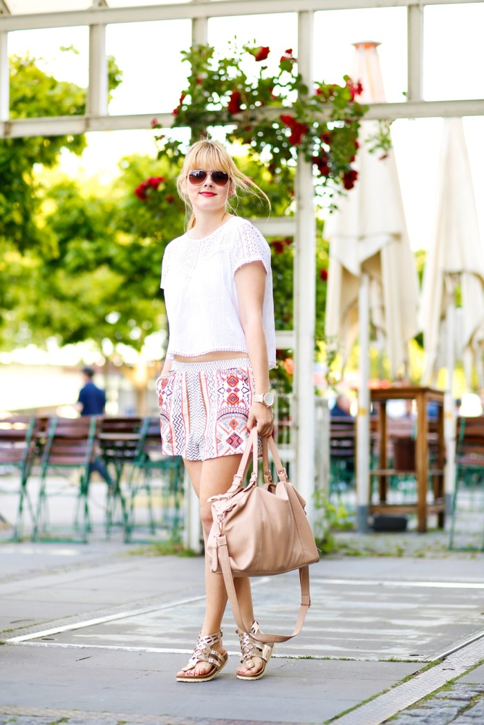 Des Belles Choses-Birkenstock Jakrta, Azteken-Shorts, weißes Spitzenshirt 5