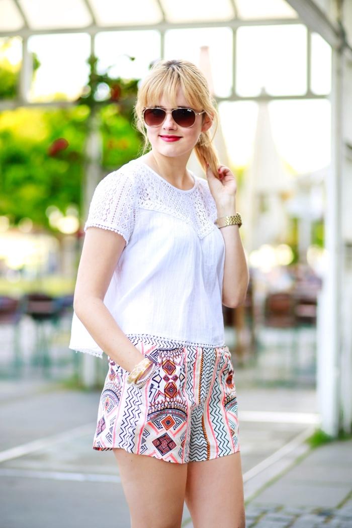 Des Belles Choses-Birkenstock Jakrta, Azteken-Shorts, weißes Spitzenshirt 6