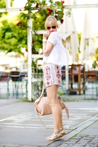 Des Belles Choses-Birkenstock Jakrta, Azteken-Shorts, weißes Spitzenshirt 8