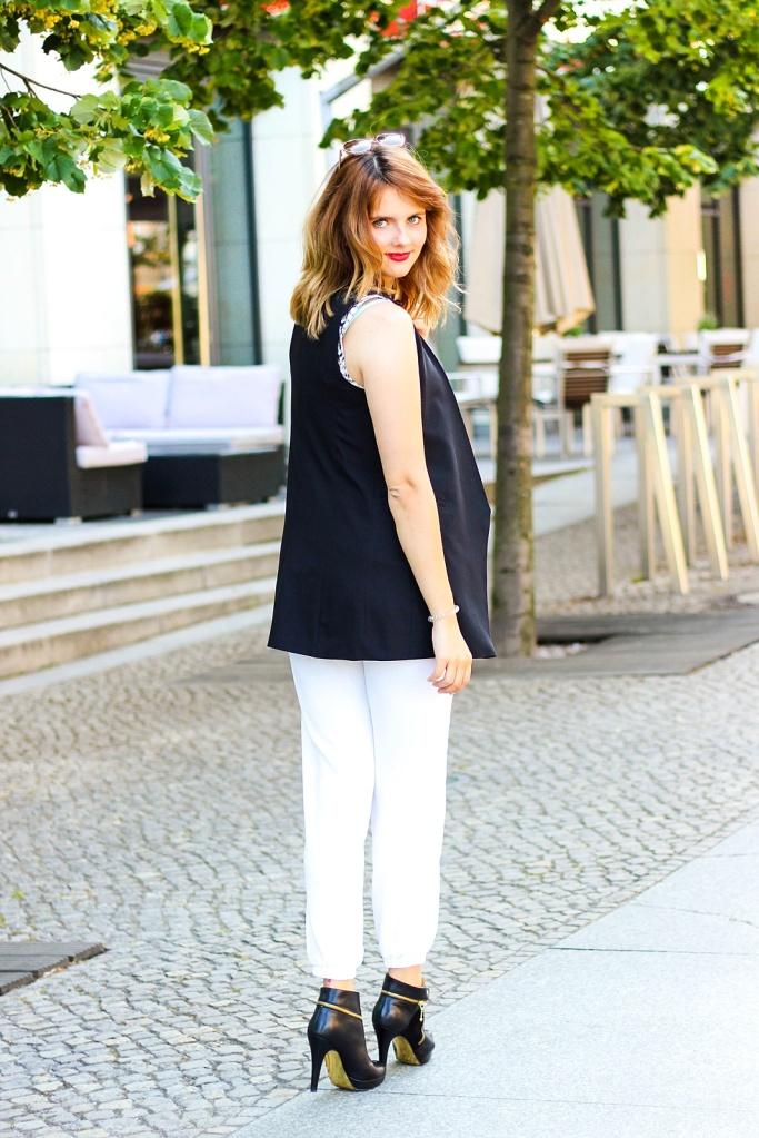 desbelleschoses-schwarz-weiß-look-auf-der-fashion-week-berlin-weiße-joggingpants-high-heels-peter-kaiser-retro-sonnenbrille 2