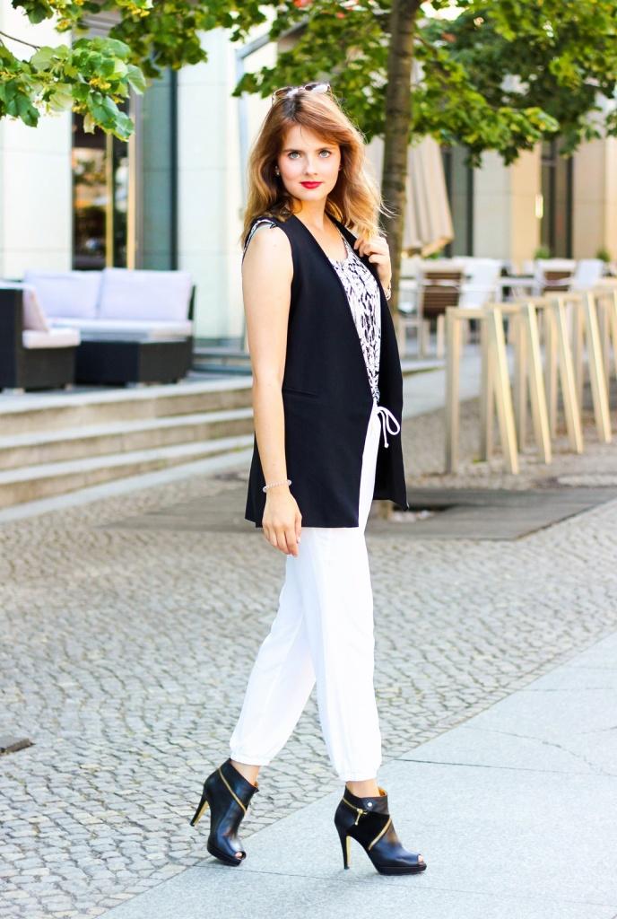 desbelleschoses-schwarz-weiß-look-auf-der-fashion-week-berlin-weiße-joggingpants-high-heels-peter-kaiser-retro-sonnenbrille 4