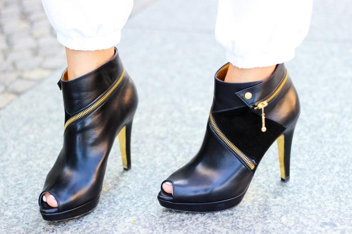 desbelleschoses-schwarz-weiß-look-auf-der-fashion-week-berlin-weiße-joggingpants-high-heels-peter-kaiser-retro-sonnenbrille 5