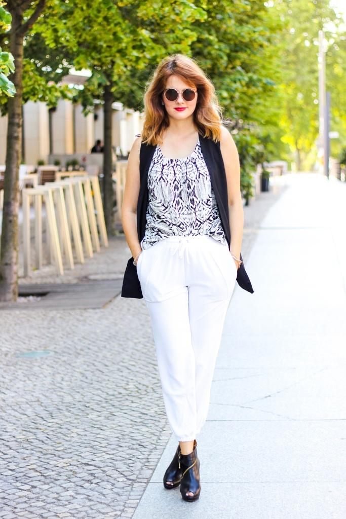 desbelleschoses-schwarz-weiß-look-auf-der-fashion-week-berlin-weiße-joggingpants-high-heels-peter-kaiser-retro-sonnenbrille 6