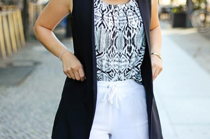 desbelleschoses-schwarz-weiß-look-auf-der-fashion-week-berlin-weiße-joggingpants-high-heels-peter-kaiser-retro-sonnenbrille 7